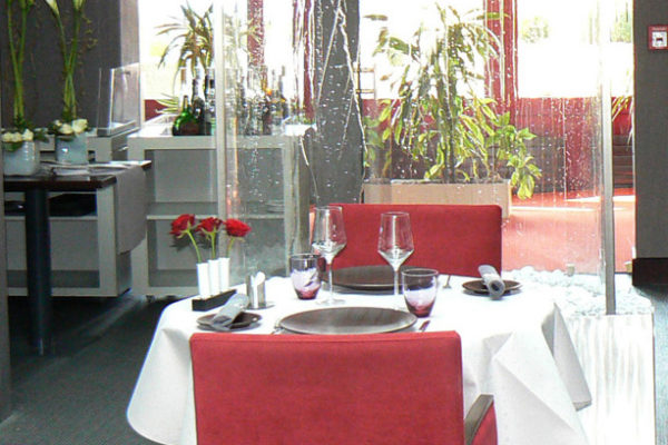 La salle de restaurant en partie basse avec l'accueil