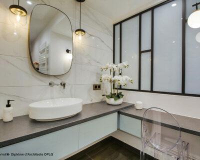 Agrandissement et décoration d'une salle de bains devenue salle d'eau avec création d'un espace coiffeuse